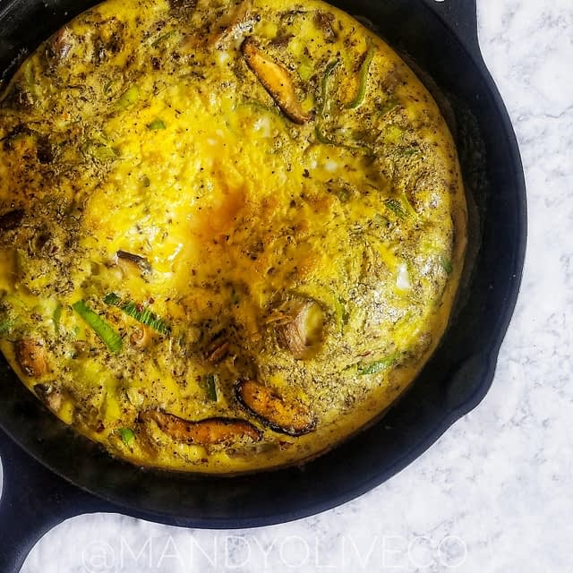 This mushroom and leek frittata is perfect for breakfast, brunch or dinner. Made in 30 minutes or less. | brunch party, breakfast ideas, egg recipe, vegetarian friendly, breakfast recipes, quick, easy, brunch ideas, how to bake eggs, crustless quiche